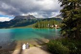 Couple at Emerald Lake — Stock Photo