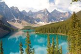 Beautiful Moraine Lake and Mountains — 图库照片