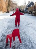 Liten flicka lära sig åka skridskor — Stockfoto