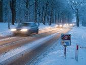 El tráfico en una tormenta de nieve — Foto de Stock