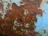 Schilferen blauwe verf op natte roestig ijzer — Stockfoto