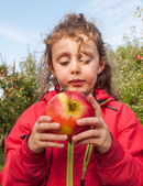 Small girl with a freshly picked apple — Stock Photo