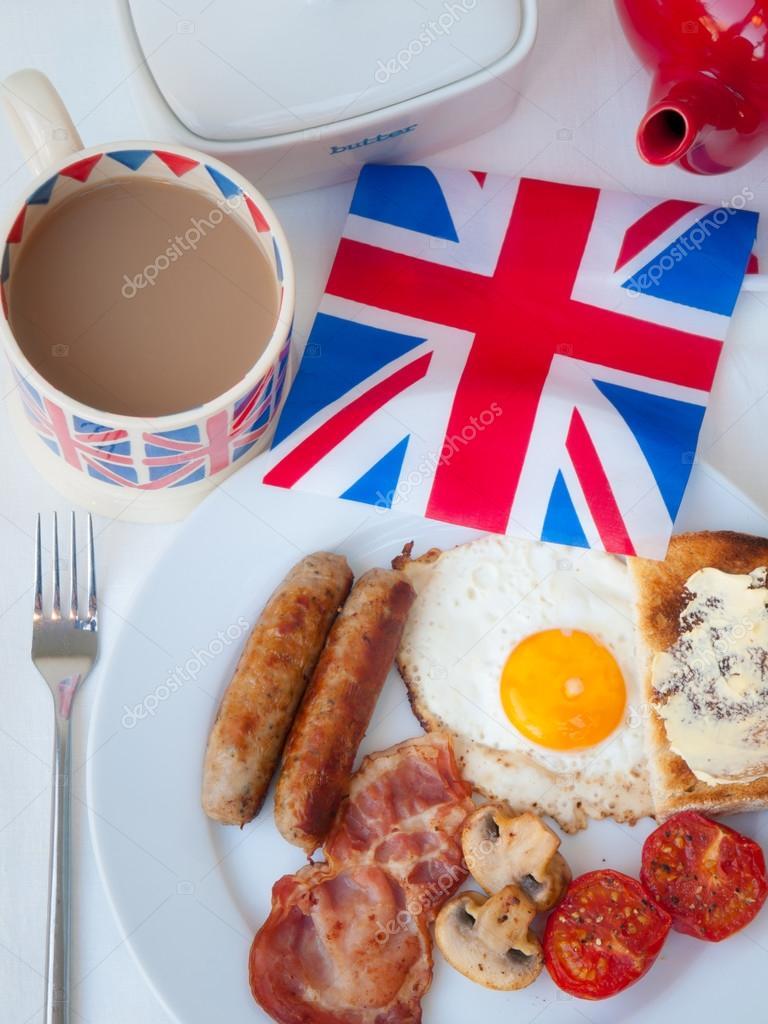 petit d u00e9jeuner anglais complet avec tasse de th u00e9  pain grill u00e9 et drapeau britannique