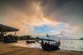 три лодки на закате — Стоковое фото