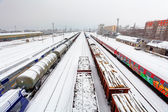 поезд грузовой платформы в зимнее время, железная дорога - грузовые заимется — Стоковое фото