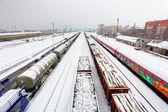 Nákladní vlak platforma v zimě, železnice - nákladní doprava — Stock fotografie