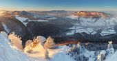 Puesta de sol de invierno en la montaña con nube - eslovaquia — Foto de Stock