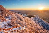 Mroźny zachód panorama w piękno gór z szczyt strazov — Zdjęcie stockowe