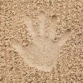 La mano en la arena en la playa — Foto de Stock
