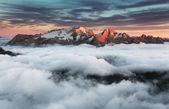 красивый весенний пейзаж в горах. закат - италия dolo — Стоковое фото