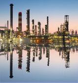 Refinería de petróleo y gas en el crepúsculo con mascota de reflexión - fábrica — Foto de Stock