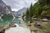 озеро - лаго ди браиес в горах dolomiti - европа италия — Стоковое фото