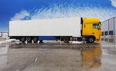 Gele vrachtwagen staande op een parking — Stockfoto