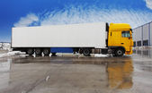 Commandes de camion jaune sur un parking — Photo