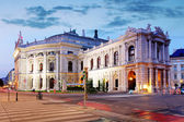 O estado teatro burgtheater de viena, áustria, durante a noite — Foto Stock