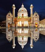 Viena en la noche - st. la iglesia de charles - austria — Foto de Stock