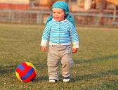 Voller länge glücklich kleinen jungen im garten — Stockfoto