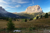 Gardena valley and Sassolungo (Langkofel) in Dolomites — Stock Photo