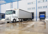 Descarregando caminhões de grande recipiente no edifício de armazém — Foto Stock