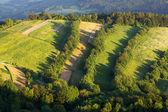 Krajina s vesnicí, hory a blu sky — Stock fotografie