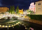 Ljubljana en la noche, con el puente triple y la iglesia franciscana — Foto de Stock