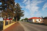 Carretera del pueblo con casas en eslovaquia — Foto de Stock