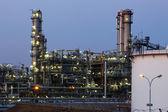 Raffinerie de pétrole et de gaz au crépuscule - usine pétrochimique — Photo