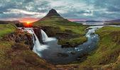 Islandská krajina na jaře panorama při západu slunce — Stock fotografie