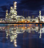 Planta industrial da refinaria de óleo à noite — Foto Stock