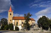 Mooi katholieke kerk in oost-europa - dorp pac — Stockfoto