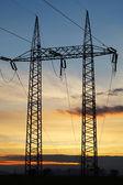 Hoogspanningsmast op sunset - power energie — Stockfoto