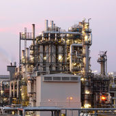 Oil and gas refinery at twilight - Petrochemical factory — Stock Photo