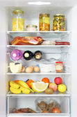 Nevera abierta surtido completo cargado con alimentos — Foto de Stock