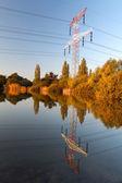 Jakim pylon zapewnia energię elektryczną z odbiciem w wodzie — Zdjęcie stockowe
