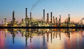 Raffineria di petrolio e gas al crepuscolo con riflessione — Foto Stock