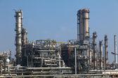 Potrubí a nádrží na ropné rafinerie - továrna — Stock fotografie