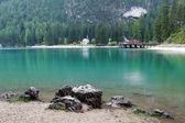 Озеро в горах Италии - Лаго ди Браиес в горах Альпах — Стоковое фото