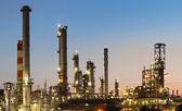 Fábrica de industria - refinería en el crepúsculo - petróleo y gas - quím — Foto de Stock