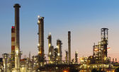 Usine d'industrie - raffinerie au crépuscule - pétrole et gaz - petroche — Photo