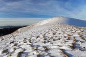 зимний пейзаж горы с голубым небом в солнечный день — Стоковое фото