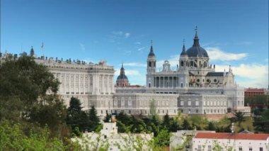 Almudena-katedralen och kungliga palatset — Stockvideo