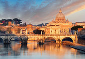 River Tiber, Ponte Sant Angelo and St. Peter's Basilica — Stock Photo