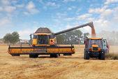 Machine moissonneuse et tracteurs à la récolte — Photo