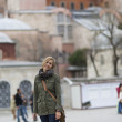 Pretty traveler woman - Hagia Sophia Museum on the background — Stock Photo