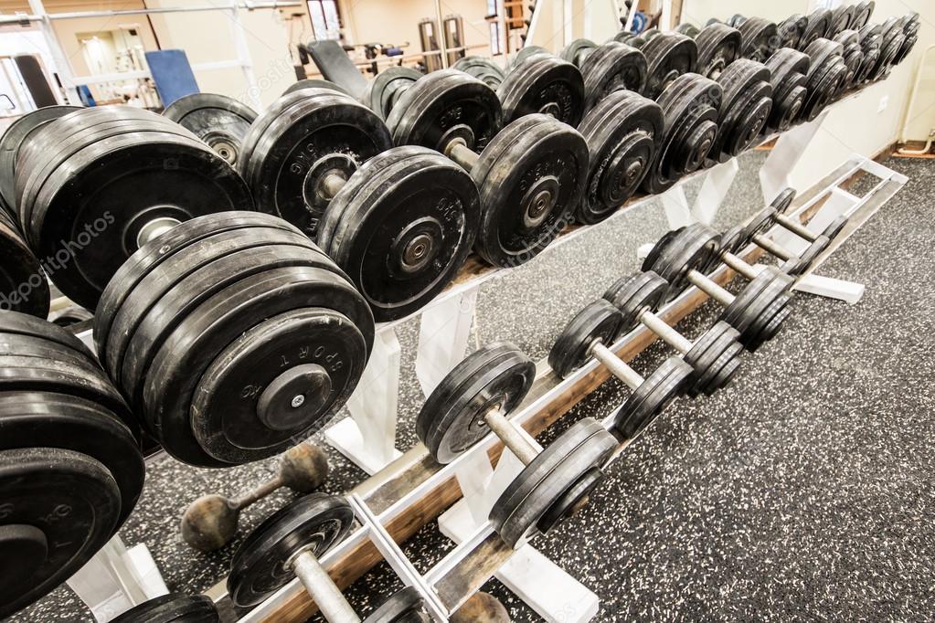 Mancuernas y pesas en el gimnasio foto de stock for Pesas y mancuernas