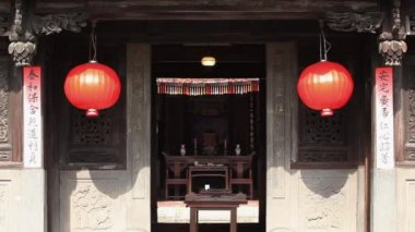 Two red lanterns hanging on the main entrance to Lin An Tai old house — Stock Video