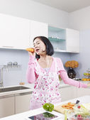Asian housewife in kitchen — 图库照片