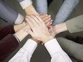 бизнес команда положить руки вместе — Стоковое фото