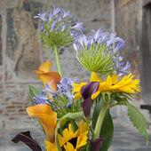 复古背景上的野花的花束 — 图库照片
