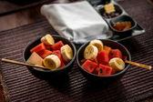 Colazione leggera con tè e marmellata fatta in casa, sul tavolo di legno — Foto Stock